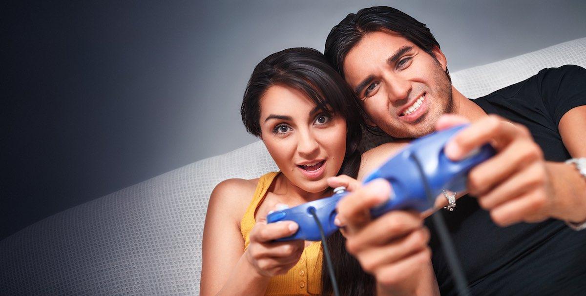 coupleplayingvideogame